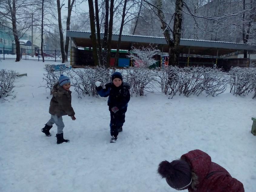 Дети играют в снежки фото